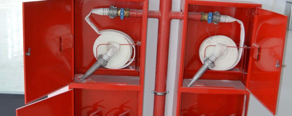 красные пожарные шкафы на производстве